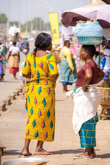 Beninissä kankaat ovat edelleen tärkeitä, elleivät tärkeimpiäkin lahjoja.