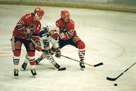 Jypin Pasi Sinikunnas jäi HIFK:n Hagmanin ja Pertti Lehtosen puristukseen vuonna 1988.