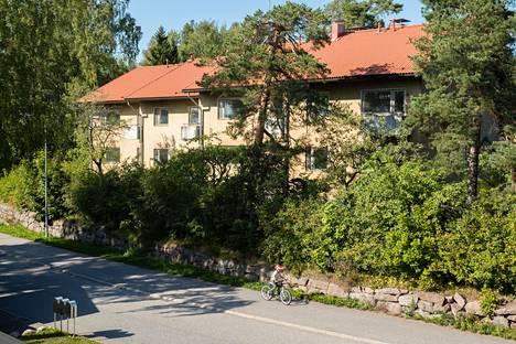 Laajalahden koulun vanha opettaja-asuntola myytiin kunnostusvelvoitteella. Kuva on viime vuoden elokuulta.