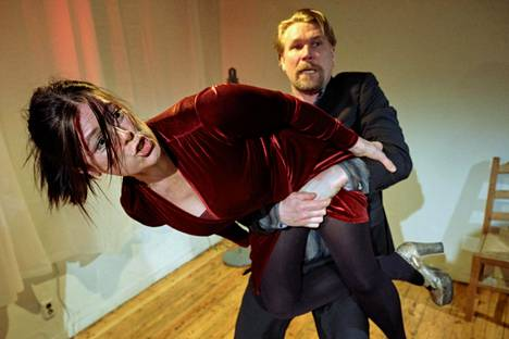 Liisa Mustonen ja Matti Ristinen onnistuvat tiukasti rytmitetyssä esityksessä.