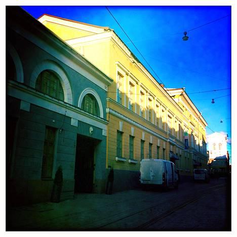 Poliisi saattoi Hannu Salaman oikeuteen Katriinankadun puoleisesta portista.