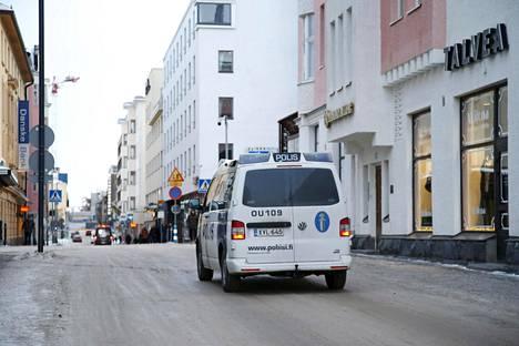 Poliisi partioi Oulun keskustassa sunnuntaina.