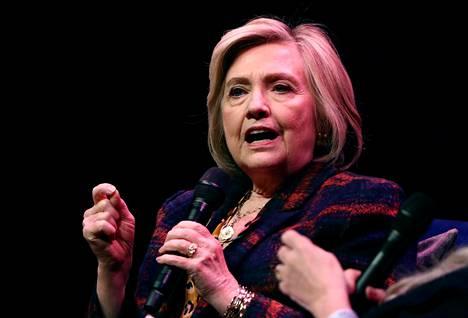 Hillary Clinton markkinoi uutta kirjaansa The Book of Gutsy Women Southbank-keskuksessa Lontoossa 10. marraskuuta.