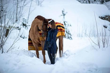 """""""River on sellainen halailija"""", näyttelijä Jenni Bajernee kertoo hevostallinsa pihalla Tuusulassa. Siellä asustelee kolmen vuokrahevosen lisäksi hänen oma Riverdance-ratsunsa."""