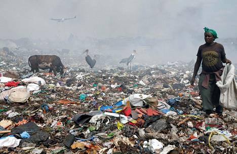 Muovijätteiden kerääjä Dandoran kaatopaikalla Nairobin lähellä elokuussa.