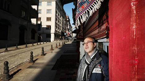Mattokauppias Alhashimi Mushallahin mattomyynti on vähentynyt 70 prosenttia puolen vuoden aikana, koska turistit pelkäävät tulla Istanbuliin.