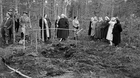 Kyllikki Saaren ruumiin löytöpaikasta tuli nähtävyys, jota ihmiset tulivat katsomaan kauempaakin. Kuva lokakuulta 1953.