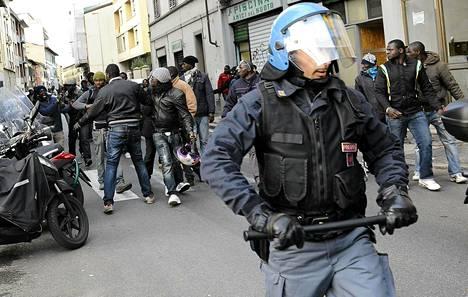 Senegalilaiset kokoontuivat osoittamaan mieltään äärioikeistoryhmän jäsenen ammuttua kaksi katukauppiasta Firenzessä tiistaina.