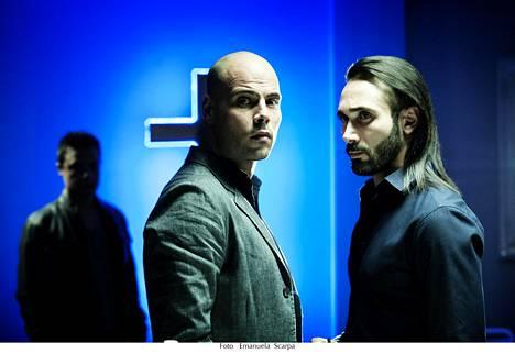 Gomorrahin kakkoskaudella Ciro (Marco D'Amore, kesk.) sekaantuu yhä tiiviimmin valheiden verkkoon. Rinnalla Conten klaanin johtaja Salvatore Conte (Marco Palvetti).