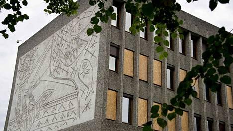 Norjan hallituksen käytössä olleen Y-rakennuksen seinällä on Picasson piirroksesta tehty hiekkapuhallusteos.