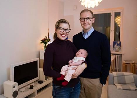 Mika Kuupon ja Pihla Sunell-Kuupon esikoinen Lilja syntyi lokakuussa. Korkeakoulutetut vanhemmat kokevat saaneensa yhteiskunnalta paljon, ja he toivovat, että tytärkin saa elämänsä aikana nauttia hyvinvointiyhteiskunnan hedelmistä.