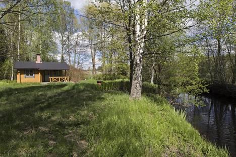 Oma ranta on monelle mökin ostajalle tärkeä. Karkkilan mökkikohde sijaitsee Saavajoen varrella.