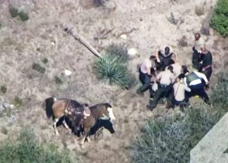 Yhdysvaltalaiset poliisit hakkasivat pidätetyn pahaan kuntoon. Pysäytyskuva televisioyhtiö Nbc:n videosta.