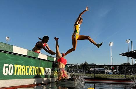 Estejuoksukisaan torstaina osallistunut kilpailija putosi pää edellä veteen naisten 3 000 metrin matkalla Yhdysvaltain Oregonissa.