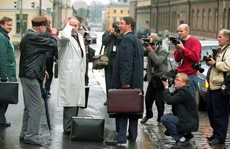 Kansanedustaja Kauko Juhantalo ja asianajaja Jukka Peltonen toimittajien piirittämänä Säätytalon edessä Helsingissä lokakuussa 1993.