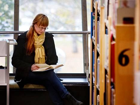 """Vantaa lisää Tikkurilan pääkirjaston aukioloaikoja ensi vuonna. Katja Suvia-Väistöä miellyttää ajatus sunnuntaisesta kirjastoretkestä lasten kanssa. """"Sunnuntait ovat niitä päiviä, jolloin lasten kanssa ehtii harrastaa."""""""