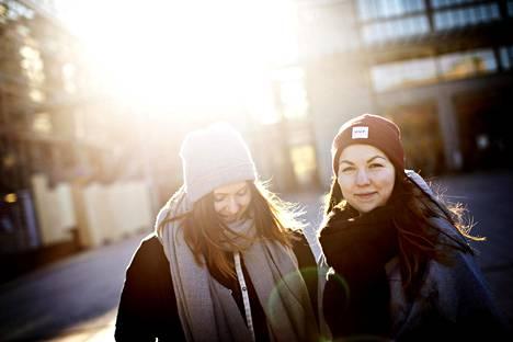 Ronja Martikainen ja Julia Salmela uskovat muiden nuorten tapaan pärjäävänsä. Nuorisobarometrin mukaan vain kaksi prosenttia 15–29-vuotiaista suhtautui tulevaisuuteensa pessimistisesti.