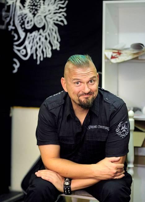"""""""En ole koskaan kokenut itseäni hyljeksityksi Vaasassa"""", sanoo Vesku Jokinen Klamydian treenikämpällä."""