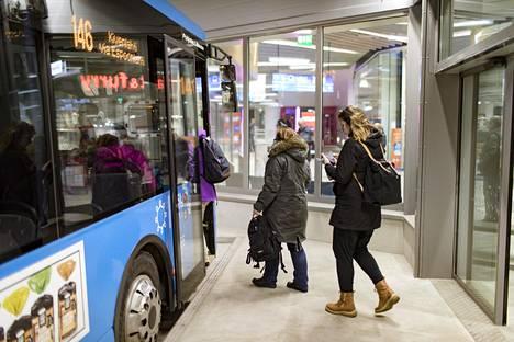 Matkustajat nousivat bussiin Matinkylän metroaseman luona viime tammikuussa.