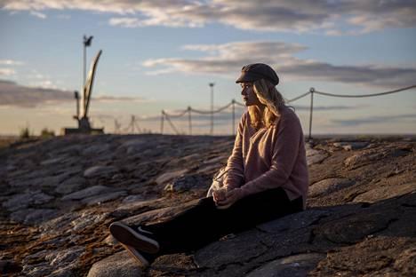 """Helsinkiläinen Ilona Ojamaa nautiskeli iltaauringosta. """"Tykkään olla täällä tosi paljon. Ihana yhteisöllinen meninki ja pääsee olemaan oma itsensä."""""""