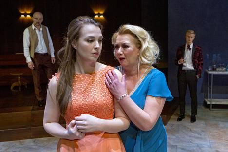 Sari Siikander (oik.) onnistuu piinaavan herkullisen sukutarinan pääroolissa. Hänen tytärtään näyttelee Elviira Kujala. Taustalla näyttelijät Rauno Ahonen (vas.) ja Paavo Kääriäinen.