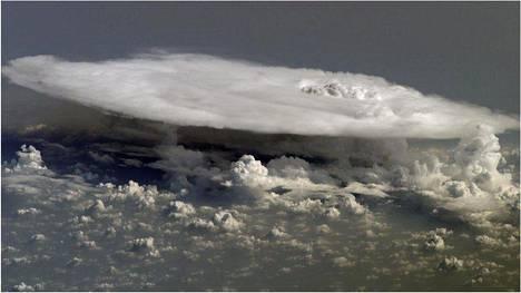 Myrskyn tasaisesta yläkerroksesta voi purkautua epätasainen kohta ylemmäs, oikealla. Kuva ei ole myrskystä, josta mitattiin ennätyksellinen pakkanen.