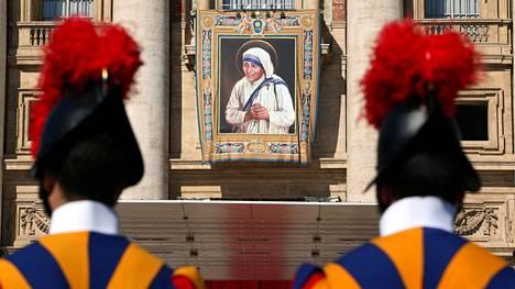 Vatikaanin sveitsiläiskaartilaiset seisoivat vartiossa äiti Teresan kuvan edustalla sunnuntaina.