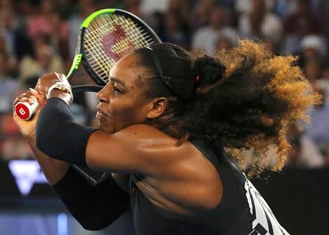 Yhdysvaltain Serena Williams löi palloa Australian avointen toisen kierroksen ottelussa Lucie Safarovaa vastaan.