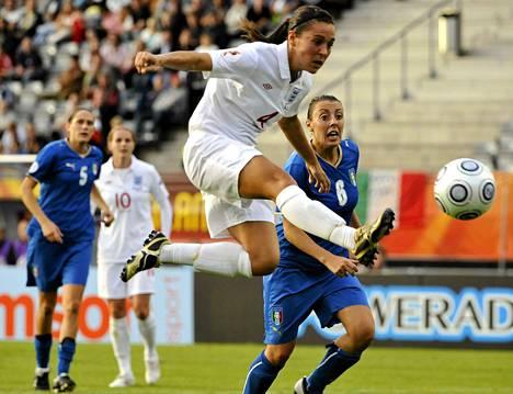 Fara Williams on pelannut Englannin maajoukkueessa 130 peliä. Kuva Lahdesta vuodelta 2009.