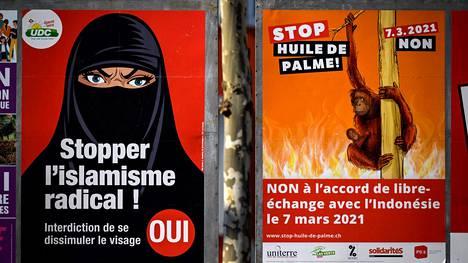 """Sveitsin Genevessä kuvatuissa julisteissa valmistaudutaan sunnuntain kansanäänestyksiin. Vasemmanpuoleisessa julisteessa vaaditaan """"burkakieltoa"""" ja radikaalin islamin pysäyttämistä. Oikeanpuoleisessa julisteessa vastustetaan kauppasopimusta Indonesian kanssa."""