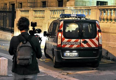 Poliisiauto Marseillen oikeustalon edustalla viime perjantaina, jolloin  30 poliisia pidätettiin virasta epäiltynä järjestelmällisestä korruptiosta.