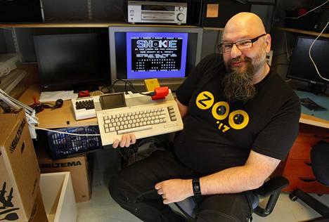 Tietotekniikka-asentaja Jarkko Lehti on pelannut ja ohjelmoinut Commodore 64 -tietokoneilla jo 32 vuotta. Kuva C64-harrastajien Oldskool-kerhotilasta Tampereelta.