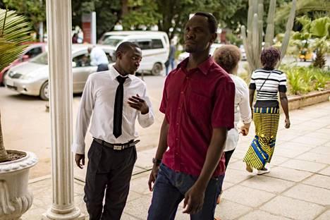 Conrad Lwata (vas.) työskentelee hotellissa Lusakan keskustassa ja opiskelee maataloutta avoimessa yliopistossa.