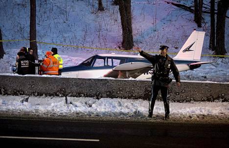 Yksimoottorinen kone joutui vaikeuksiin lauantaina iltapäivällä paikallista aikaa. Tilanne päättyi pakkolaskuun.
