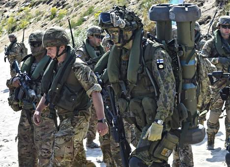 Brittiläisiä ja suomalaisia sotilaita Naton harjoituksessa Ruotsissa vuonna 2015.