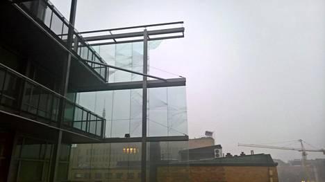 Myrskytuuli rikkoi Sanomatalon ulkolaseja.