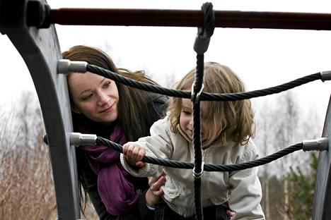Tamperelainen Laura Kovacs erosi kanadalaisesta miehestään ja he hakevat yhdessä avioeroa syyskuussa odotusajan jälkeen. Tyttärensä Lumian yhteishuoltajuus sai Kovacsin kuitenkin jäämään Kanadaan. Hän helpottaa Suomi-ikävää Skype-puheluilla ja vuosittaisilla vierailuilla kotimaassaan.