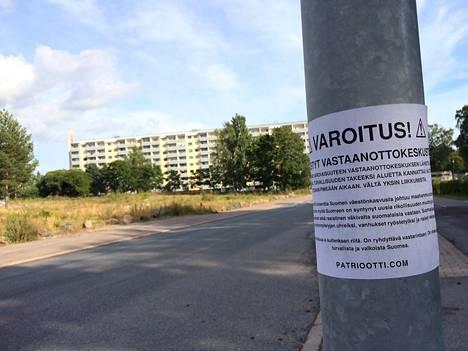 Uusnatsit ovat levittäneet varoituslappusia Helsinkiin vastaperustetun Koskelan vastaanottokeskuksen lähistölle.