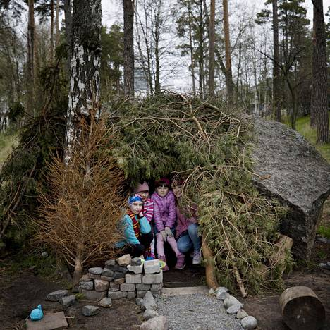 Raakel Koskinen, Roosa Almonkari, Siiri Neuvonen ja Kerttu Neuvonen nauttivat valmiista majastaan.
