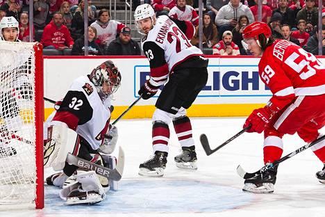 Arizona Coyotesin maalivahti Antti Raanta torjui Detroit Red Wingsin maalintekoyrityksen sunnuntai-iltana Michiganissa.