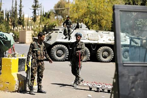 Poliisijoukot turvasivat Yhdysvaltain suurlähetystön sisäänkäyntiä Sanaassa keskiviikkona.