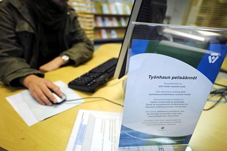 Työttömyys on pysynyt aisoissa talouden taantumasta huolimatta.