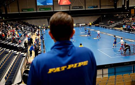 Eräviikinkien toiminnanjohtaja Jari Oksanen seurasi peliä Vantaan Energia-areenalla sunnuntaina. Katsomossa oli paljon tyhjää.