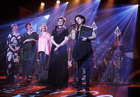 Juurakko palkittiin torstai-iltana Tavastialla. Yhtyeeseen kuuluvat Kaisa Saarikorpi (vas.), Eija Kankaanranta, Laura Kaartinen, Minsku Tammela ja Anna Wiksten.