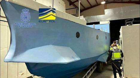 Europol ja Espanjan poliisi julkaisivat maaliskuussa kuvan Málagassa takavarikoidusta sukellusveneestä, jota epäillään käytetyn huumeiden salakuljetuksessa.