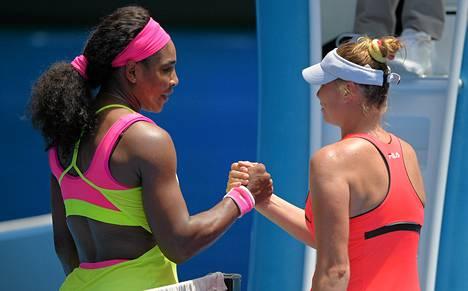 Serena Willimas ja Vera Zvonareva paiskasivat kättä toisen kierroksen ottelun jälkeen.