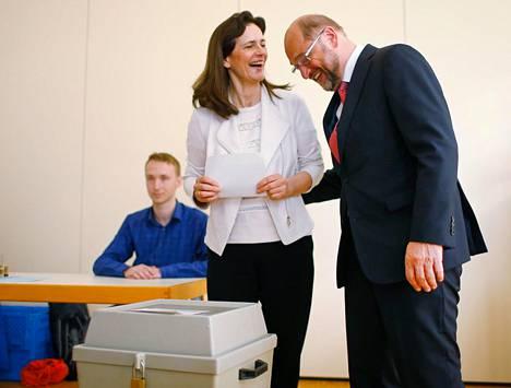 Sosiaalidemokraattien puoluejohtaja Martin Schulz ja hänen vaimonsa Inge Schulz äänestivät osavaltiovaaleissa Würselenissä Saksassa.