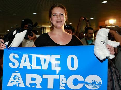 Brasilialainen Greenpeace-aktivisti Ana Paula Maciel saapui kotikaupunkiinsa Porto Alegreen joulukuun lopulla. Maciel vangittiin Venäjällä osoitettuaan mieltä Venäjän arktisen alueen öljynporauksia vastaan.