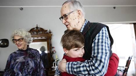Isovanhemmat Anja-Kaisa Luoto, 83, ja Esko Luoto, 87, ja heidän lapsenlapsensa Mikael Valta, 10, tapasivat vihdoin toisensa. Isovanhemmat olivat saaneet kummatkin rokoteannokset ja halusivat pitkästä aikaa nähdä livenä heille rakkaan lapsenlapsensa.
