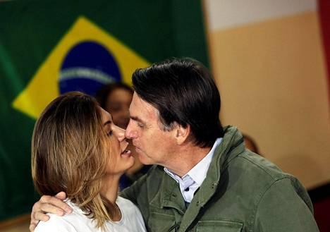 Jair Bolsonaro suuteli vaimonsa Michellen kanssa ennen kuin äänesti presidentinvaaleissa Rio de Janeirossa sunnuntaina.